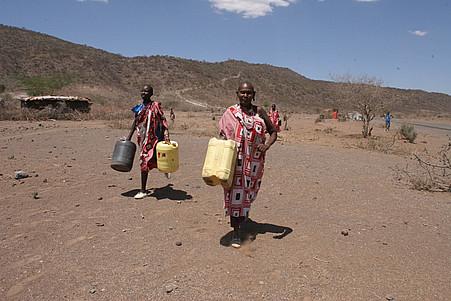 kenya women fetch water