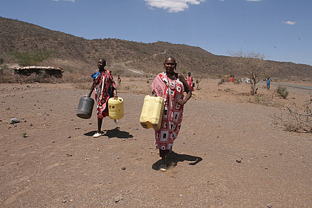 kenya women fetch water